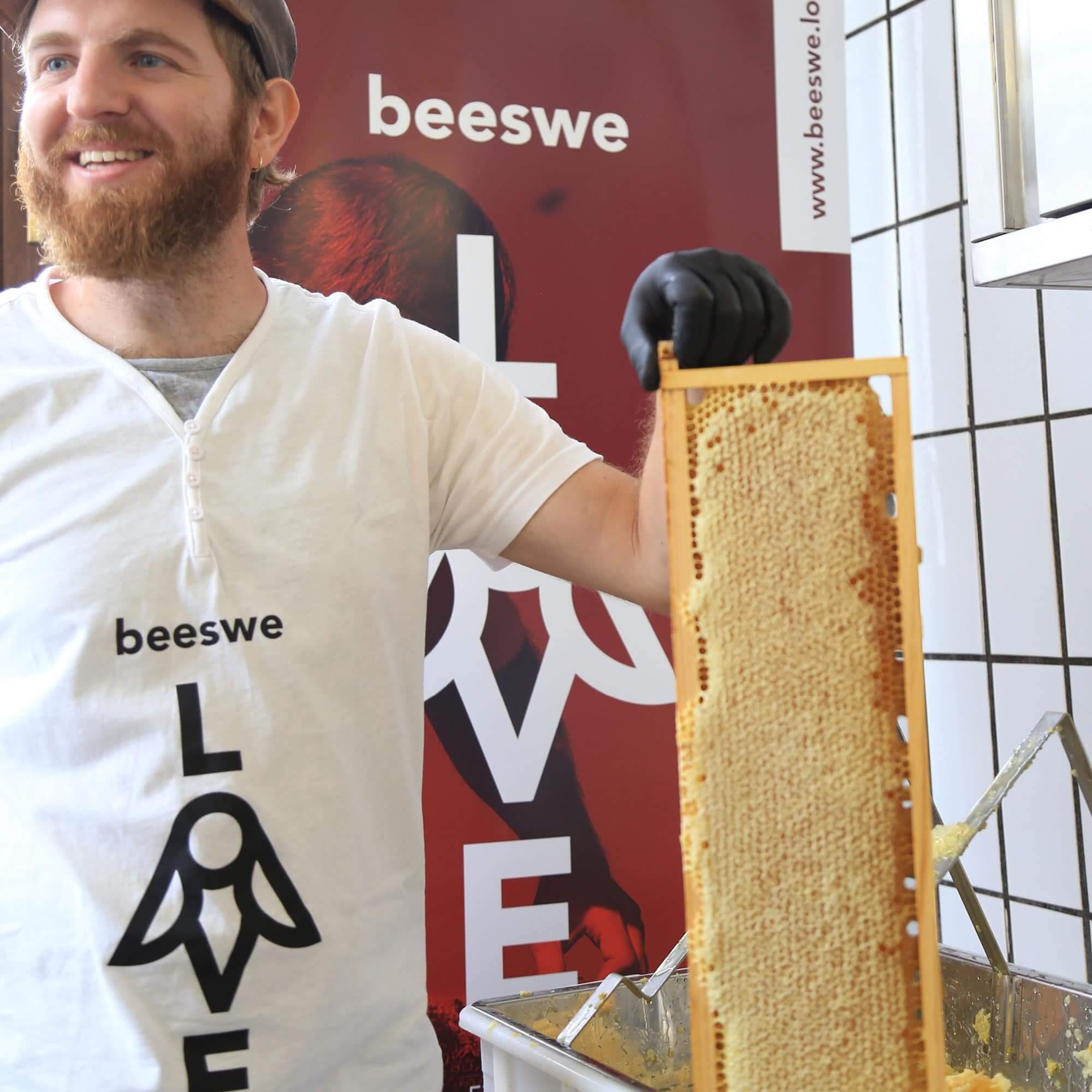Mann hält Bienenwabe in der Hand